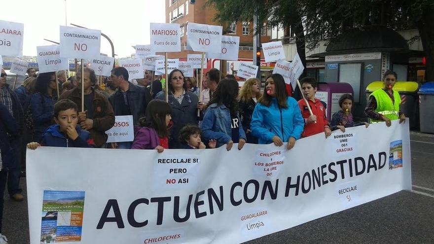 Más de un centenar de personas en Guadalajara piden más vigilancia de empresas de residuos para evitar nuevos incendios