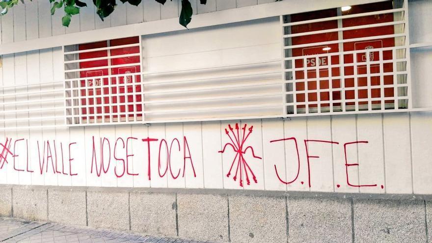 Pintadas en la sede del PSOE de Madrid firmadas por las Juventudes de La Falange.