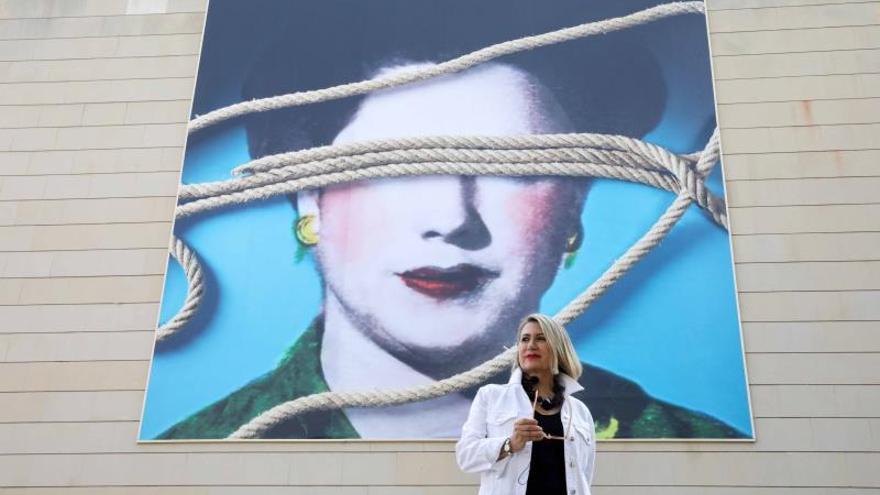 La artista Carmen Calvo hace visible a la mujer anulada en fachada del IVAM