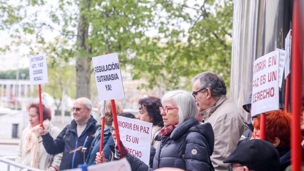 Manifestación en apoyo a Ángel Hernández organizada por la Asociación Derecho a Morir Dignamente frente a los juzgados de Plaza de Castilla de Madrid