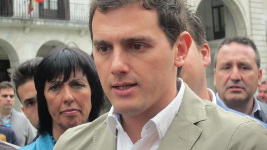"""Rivera dice que si C's gobierna en Cataluña habrá catalán, castellano e inglés en la escuela y """"se acabará el problema"""""""