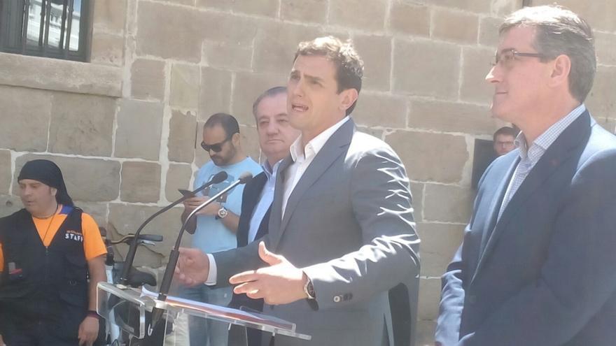 Rivera propone una mesa de negociación entre PP, PSOE y C's desde el día después de las elecciones