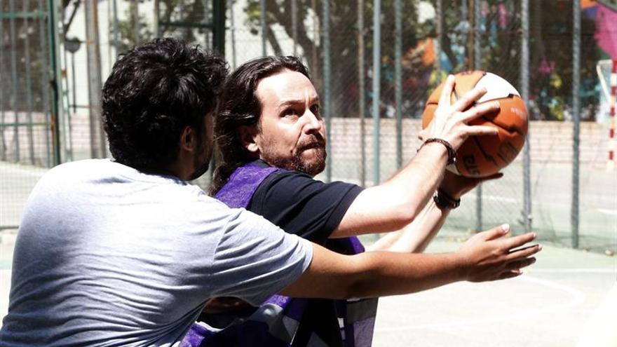 El candidato de Unidos Podemos a la Presidencia del Gobierno, Pablo Iglesias (d), juega un partido de baloncesto en la Ciudad Universitaria de Madrid, en la jornada de reflexión previa a los comicios que se celebran mañana