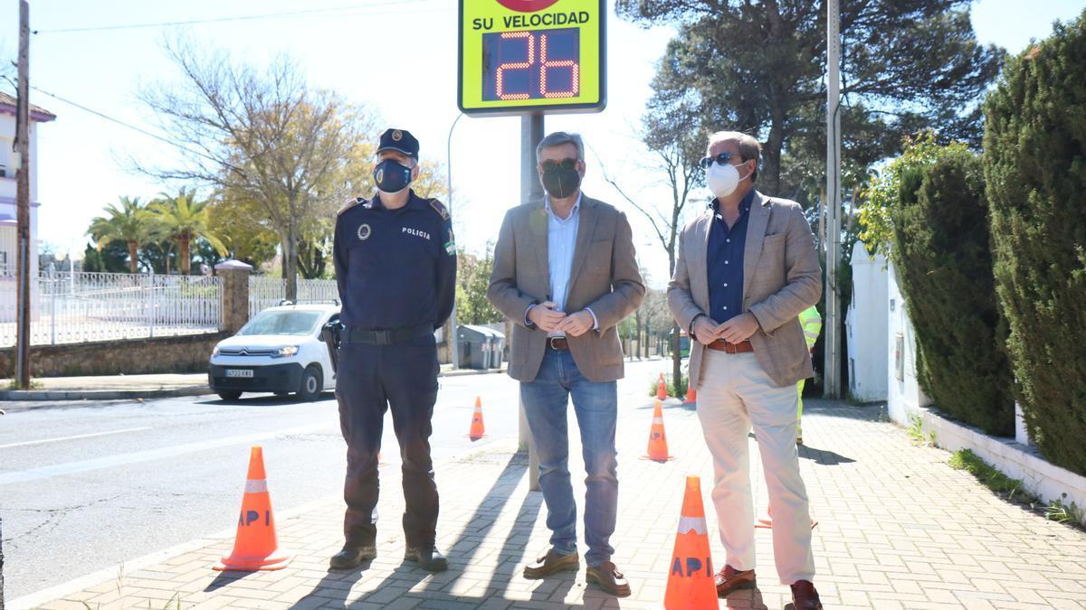 Torrico, con el jefe de la Policía Local y el gerente de la empresa Api