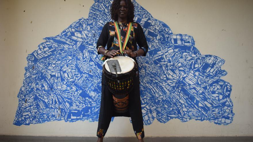 La percusionista Ndeye Cissé, durante un momento de la entrevista en el centro cultural Douta Seck, Dakar.