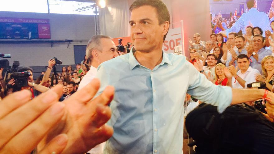 Pedro Sánchez al llegar al acto central de campaña del PSOE en Murcia / MJA