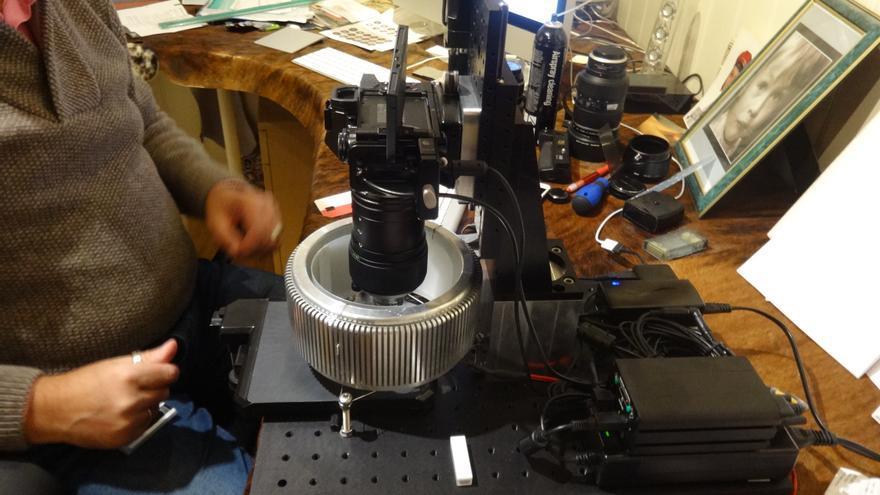 Sistema fotográfico diseñado para captar el color y la textura de los micrometeoritos