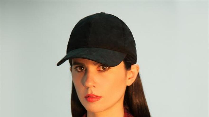 """Javiera Mena: """"Me gusta la dualidad de la música festiva y la letra introspectiva"""""""