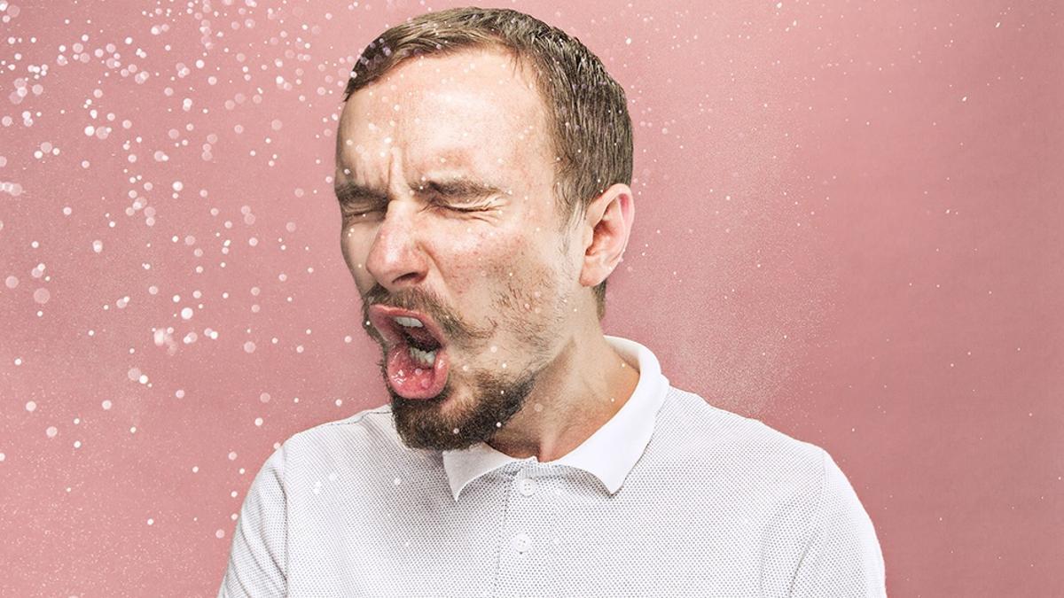 """El virus se puede propagar """"desde la boca o la nariz de una persona infectada en pequeñas partículas líquidas cuando tose, estornuda, habla, canta o respira."""