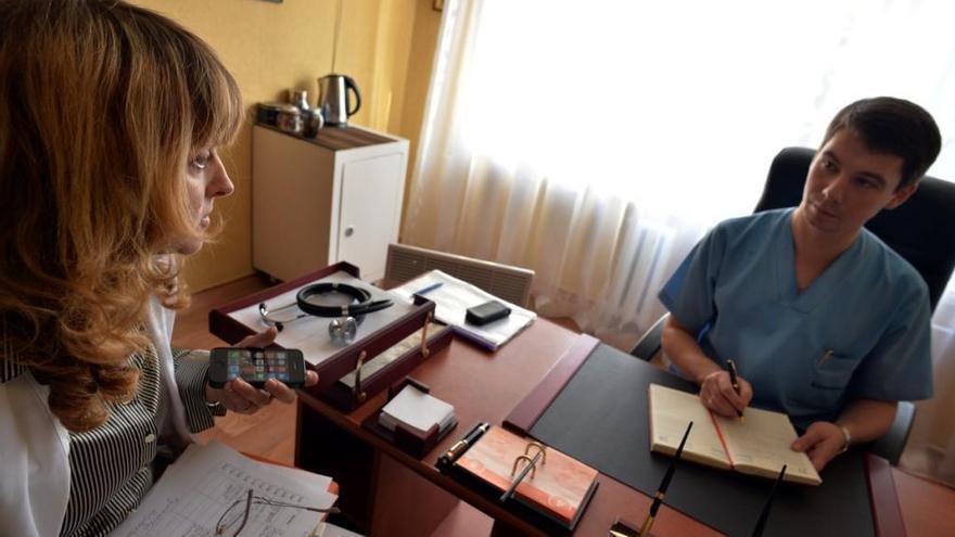 """El Dr. Ganich es cirujano en el Hospital Civil Svitlodarsk en Donetsk, uno de los hospitales que reciben apoyo de MSF: """"Cuando el  bombardeo comenzó, nosotros, los médicos, estábamos muy preocupados porque teníamos que tratar a pacientes con heridas de guerra provocadas por balas o metralla. Nunca antes nos habíamos enfrentado a este tipo de lesiones. Lo más difícil ha sido tratar a personas con heridas graves, especialmente a los niños. No hemos podido salvarlos a todos"""". Fotografía: Julie Rémy / MSF"""