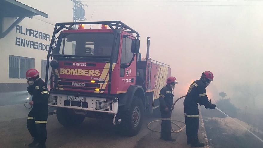 Bomberos del Consorcio Provincial de Castellón trabajan en las tareas de extinción del incendio forestal de Culla