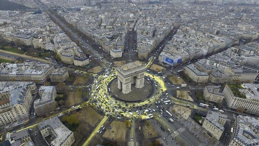 Activistas de Greenpeace escalan el Arco del Triunfo de París como protesta