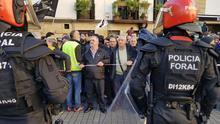 Humo, tensión, estiércol y campanas: rechazo en las calles de Alsasua al acto de Ciudadanos con PP y Vox