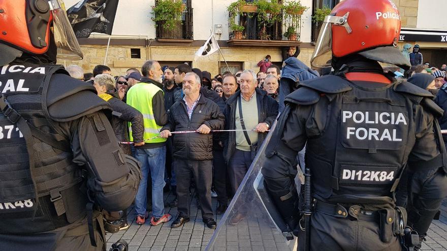 La policía foral impide el acceso de los manifestantes del pueblo al acto de España Ciudadana