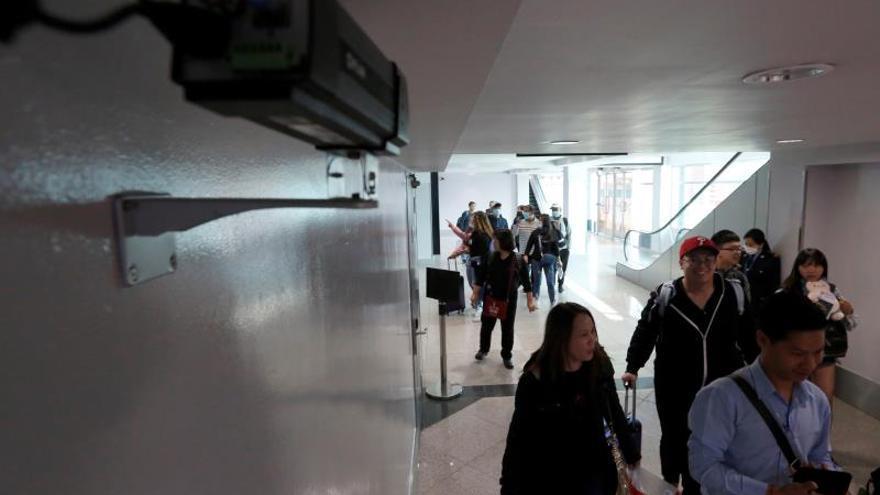 El ciudadano chino salió de su país y tomó en Estambul un avión que aterrizó en el aeropuerto internacional El Dorado de Bogotá hacia las 9.00 hora local (14.00 GMT) con cerca de 300 pasajeros de los cuales 124 se quedaron en Colombia.