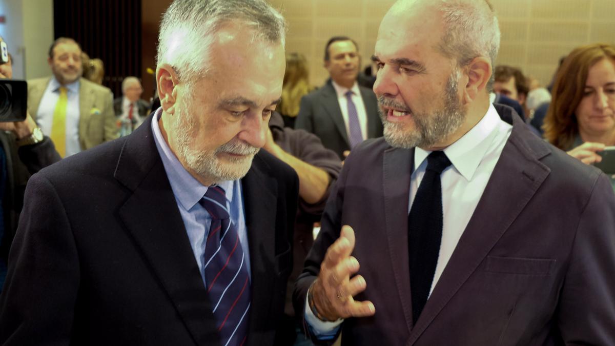 Los expresidentes de la Junta de Andalucía José Antonio Griñán (i) y Manuel Chaves (d)
