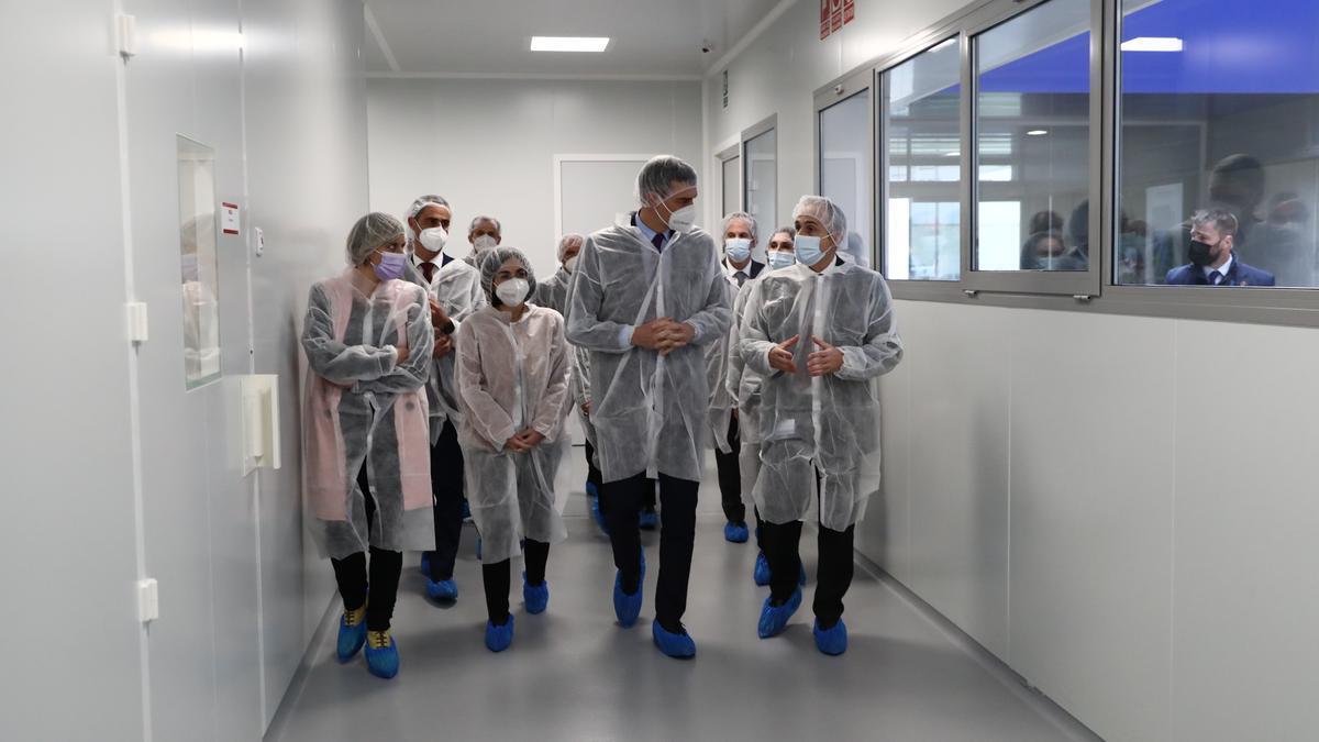 El presidente Pedro Sánchez y los ministros Darias y Duque han visitado los laboratorios en Hipra en Girona