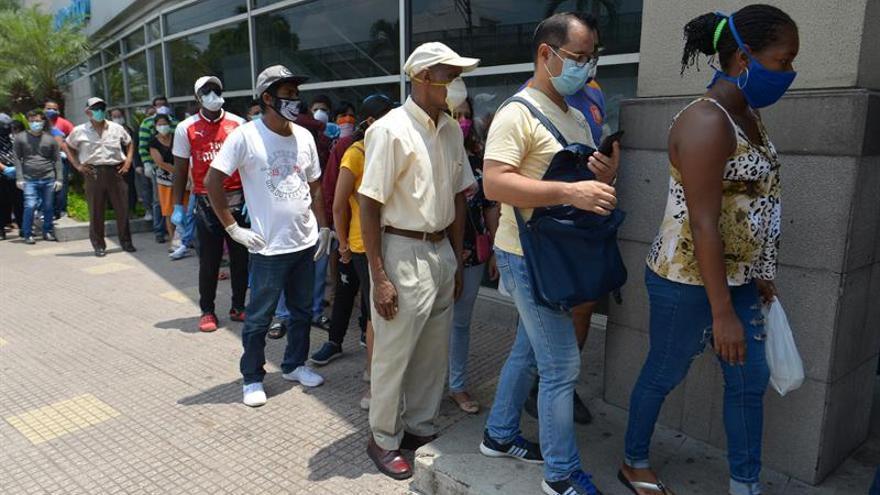 Cientos de personas fueron registradas este jueves al hacer filas en supermercados de la ciudad de Guayaquil (Ecuador), ante la propuesta del gobernador del Guayas, Pedro Pablo Duart, de ampliar el toque de queda en la ciudad.