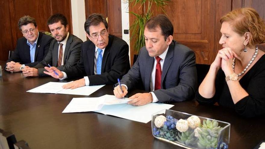 Antonio Martinón, rector de la ULL (centro), con el alcalde de Santa Cruz, José Manuel Bermúdez (a su derecha), en la firma de un convenio