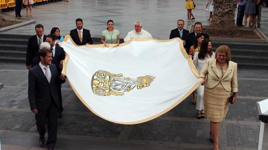 En la imagen, este domingo, traslado de la Bandera de la Virgen por parte de las autoridades locales.