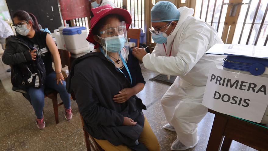 Bolivia consulta con expertos internacionales la posibilidad de combinar vacunas