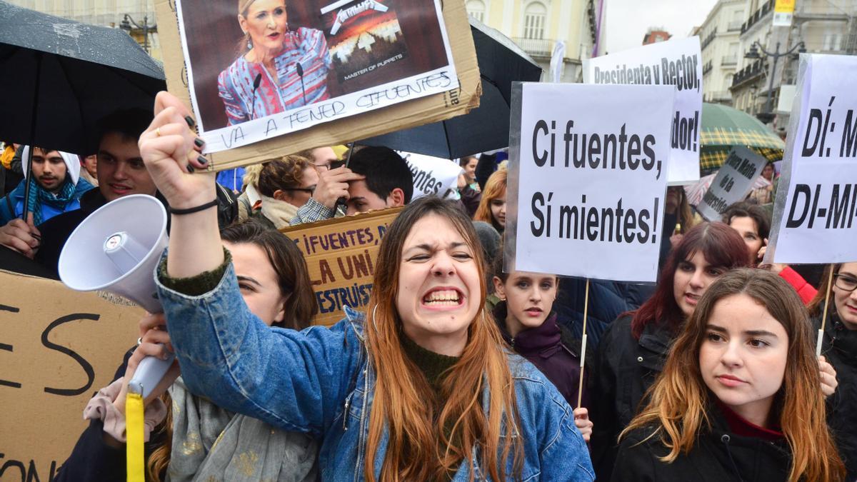 Unos jóvenes en Madrid lideran la manifestación contra el escándalo de los másteres universitarios, en 2018