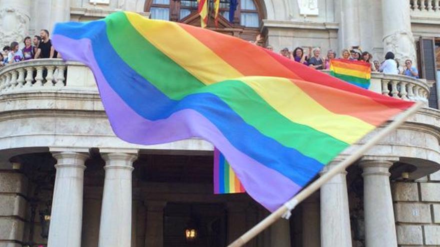 La bandera arco iris ondeando en el balcón del Ayuntamiento de Valencia / @PodemCiVal