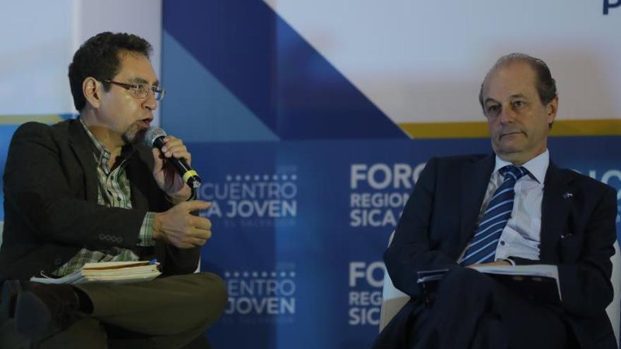 """Marco Cerezo (i), miembro de la Unión Internacional de Conservación de la Naturaleza, y Andreu Bassols (d), embajador de Unión Europea en El Salvador, abordaron el tema """"Centroamérica sin hambre y sin malnutrición"""" en el marco del Foro Regional SICA 2019, este miércoles, en San Salvador (Salvador)."""