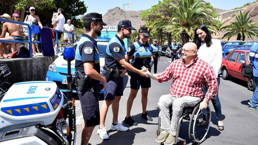 La concejal Zaida González y el concejal Carlos Correa saludan a varios agentes de Policía en Las Teresitas