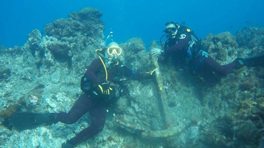 Dos miembros del Grupo de Rescate Subacuático de Bomberos La Palma del Parque de Los Sauces, junto a un ancla, en los fondos marinos, entre Varadero y Punta Cumplida, de la costa del noreste de la Isla. Foto:  BOMBEROS LA PALMA.