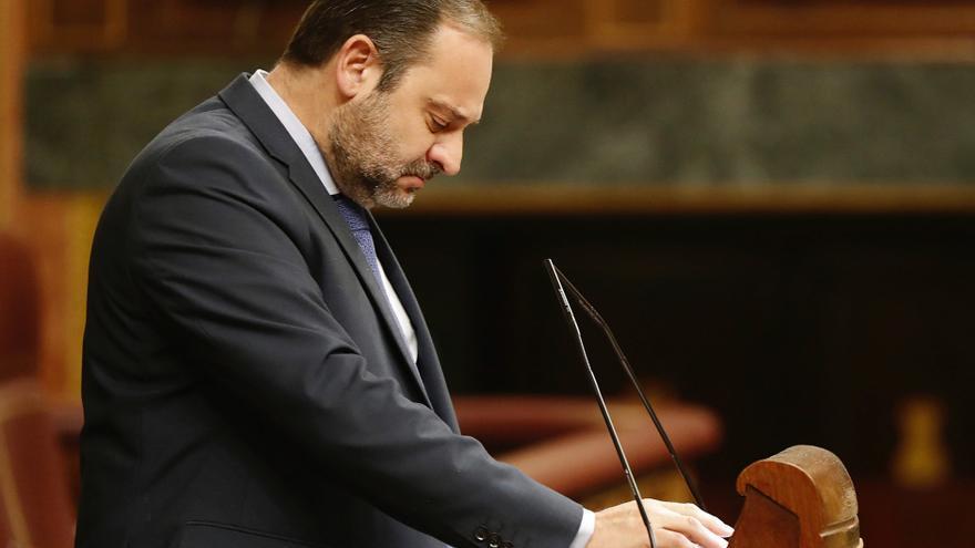 El ministro de Fomento, José Luis Ábalos, durante su intervención el pleno del Congreso celebrado hoy.