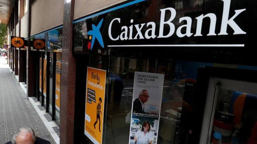 Sucursal de Caixabank. (REUTERS)