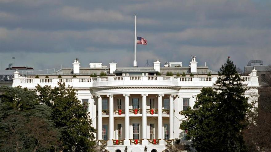 """Casa Blanca llama """"acto de odio racial"""" al ataque de hombre contra dos indios"""