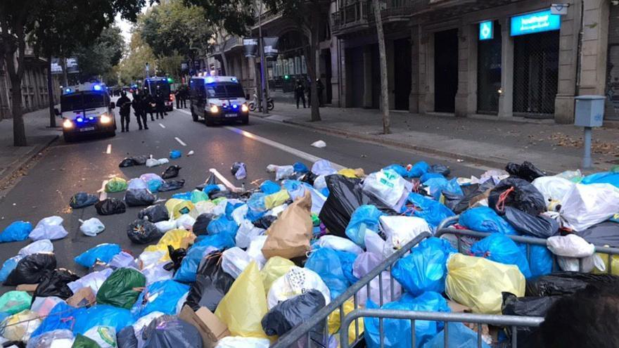 Montones de bolsas de basura para protestar por las cargas policiales en Barcelona