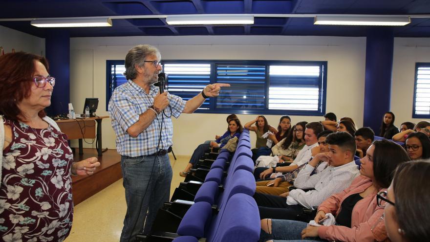 Jorge Hernández, de la Fundación Yrichen, se dirige a los participantes en la experiencia 'Ayudantes TIC'.