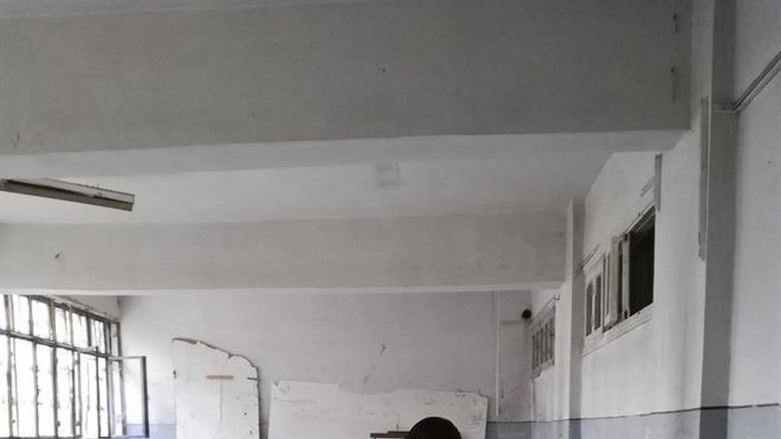 Un grupo de alumnos sirios regresa en Alepo a su antigua escuela destrozada