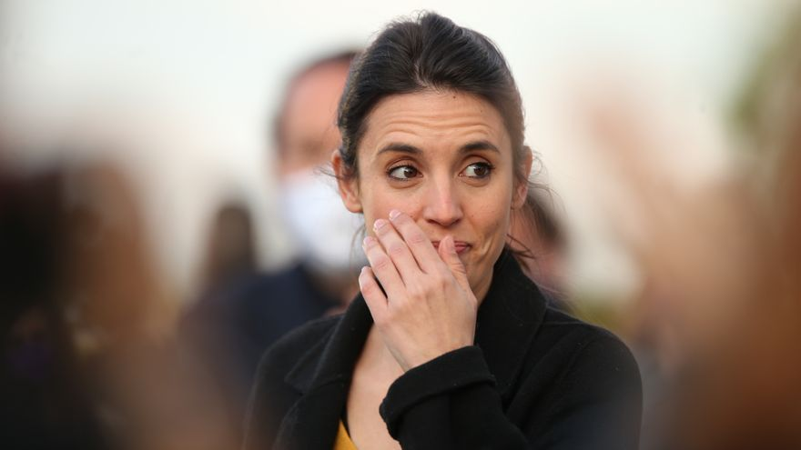La ministra de Igualdad, Irene Montero durante el acto de cierre de campaña del partido en el anfiteatro Lourdes y Mariano del parque de la Cuña Verde de Vicálvaro, a 2 de mayo de 2021, en Madrid (España). El acto tendrá aforo limitado y respetará todas l