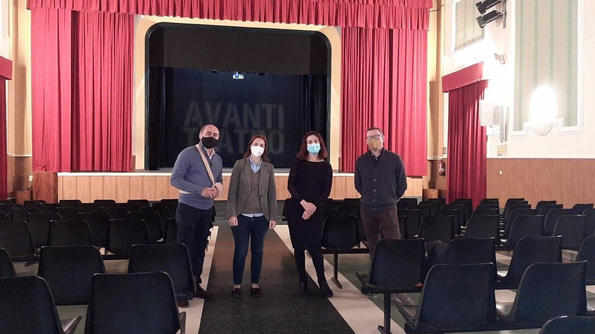 La delegada territorial de Cultura y Patrimonio en Córdoba, Cristina Casanueva (segunda por la izda.), en el Teatro Avanti.