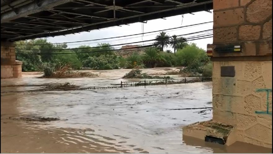 El río Segura desbordado a su paso por la localidad de Archena (Murcia)