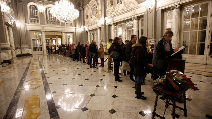 Siguen las colas en el último día de firmas en el Ayuntamiento de Valencia