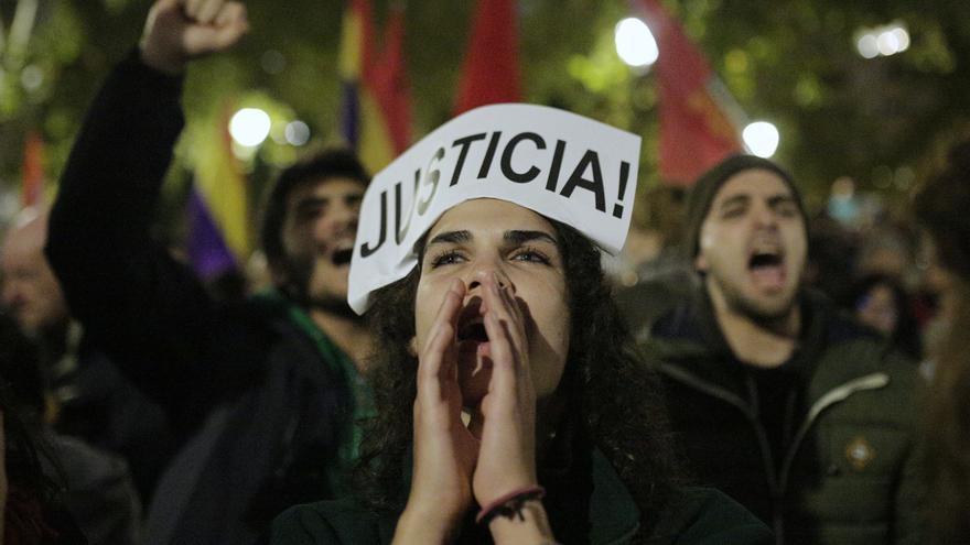 Una manifestante contra la sentencia del Supremo que da la razón a los bancos en el impuesto de las hipotecas / Olmo Calvo