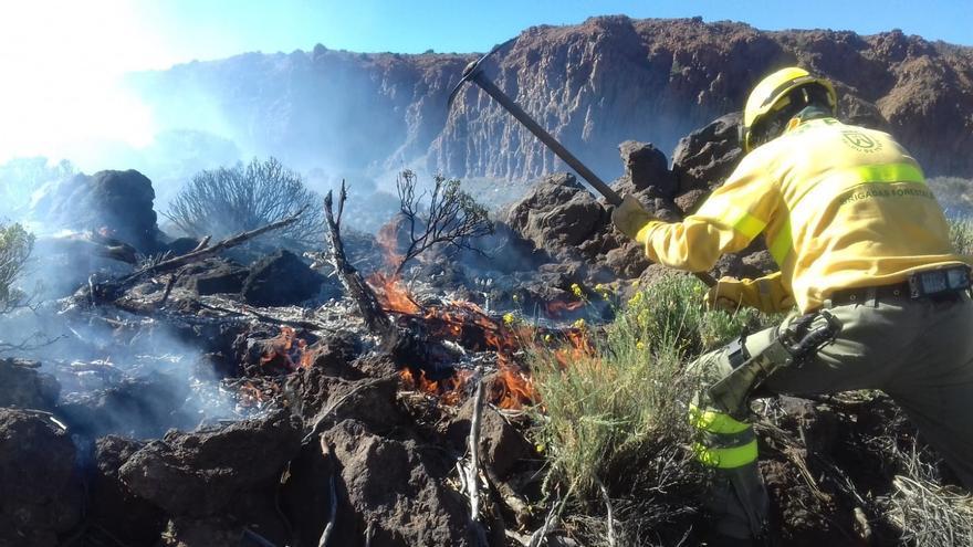 Un operario de las Brigadas Forestales del Cabildo de Tenerife, en tareas de extinción en el Teide