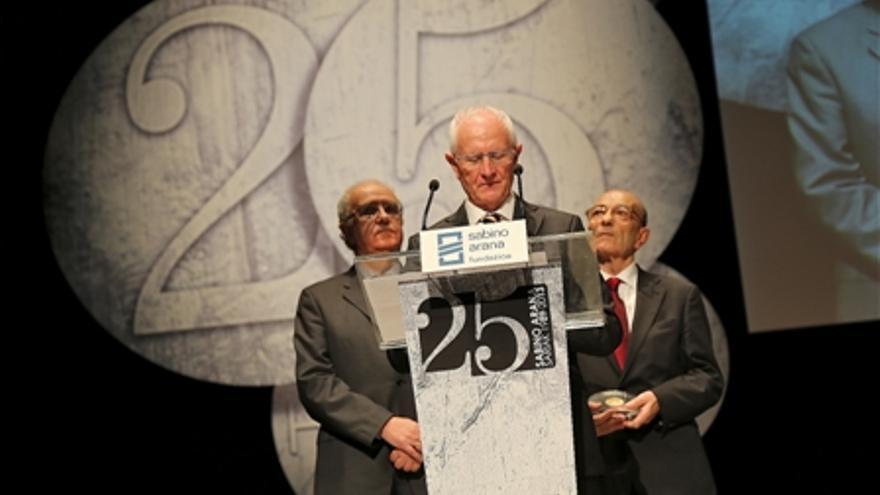 Daniel Fernández recibe un premio de la Fundación Sabino Arana dirigido al Banco de Alimentos.