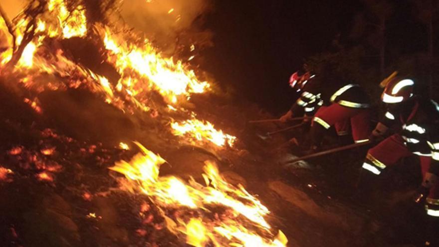 Efectivos de la UME trabajan de noche en el frente del fuego