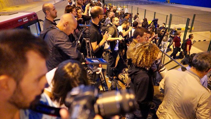 Los fotógrafos esperan la llegada de la flotilla del Aquarius en la Marina de Valencia