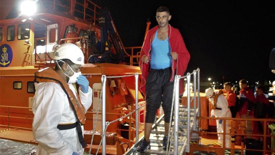 Llegan a Motril en buen estado las 20 personas rescatadas en Alborán