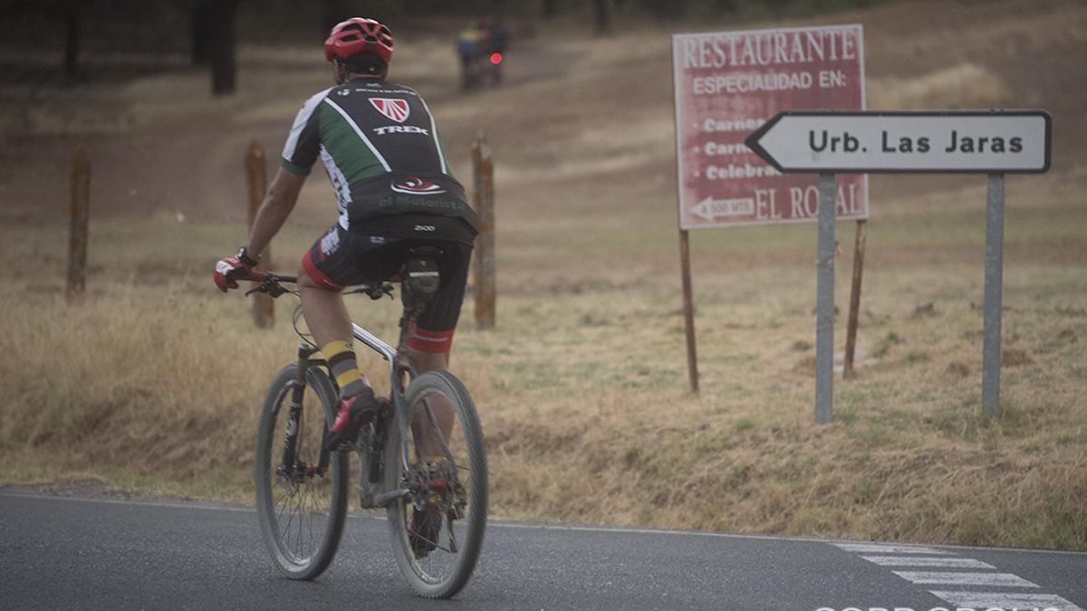 Un ciclista llegando a Las Jaras.