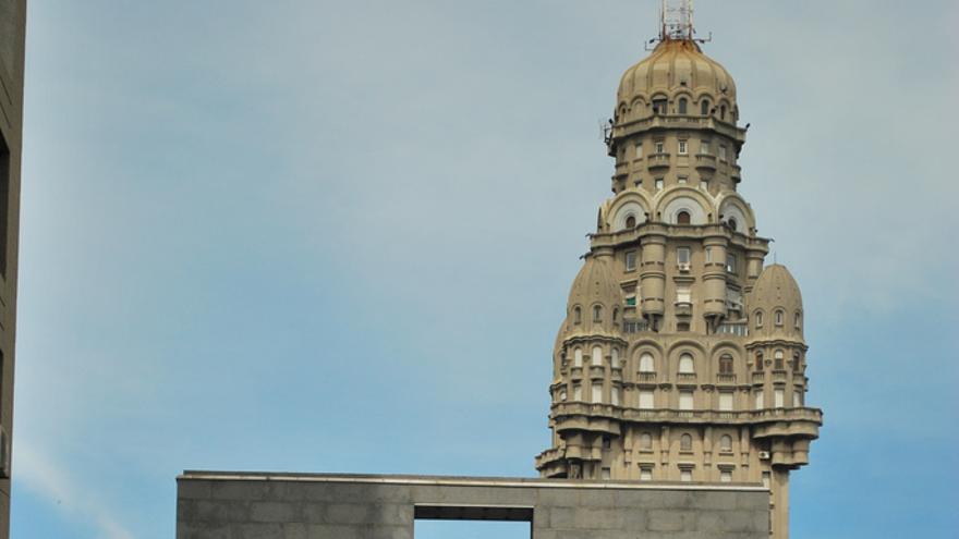 La torre del Palacio Salvo desde la Puerta de la Ciudadela. Ana Raquel S. Hernandes