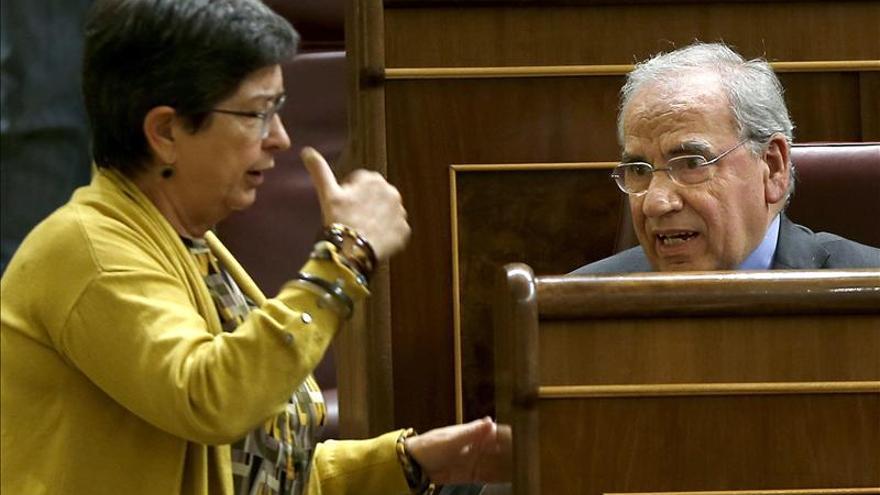 Alfonso Guerra recibe la ovación del pleno tras casi 40 años en el Congreso