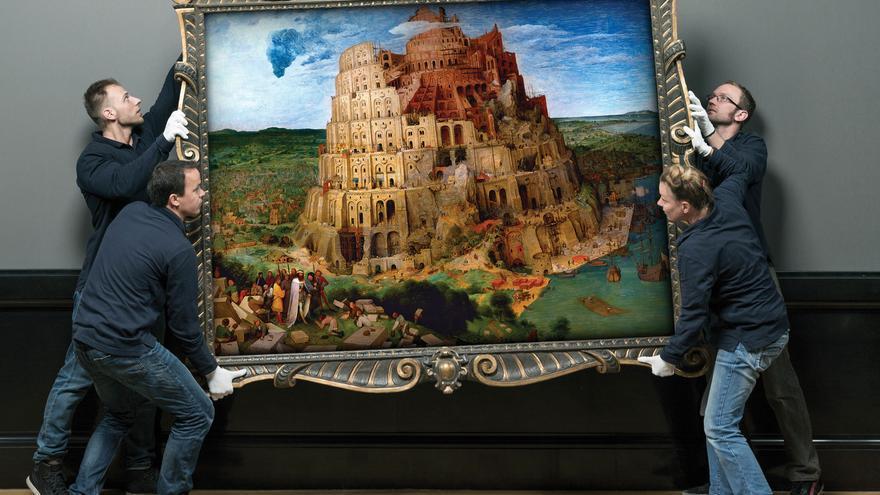 """Fotograma de El gran museo. Empleados de la galería cuelgan La torre de Babel (1563), de Peter Bruegel """"el Viejo""""."""